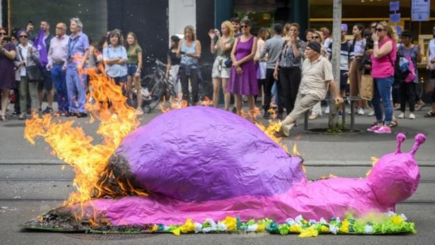 Eine lila Schnecke mit Feuer unter dem Hintern.