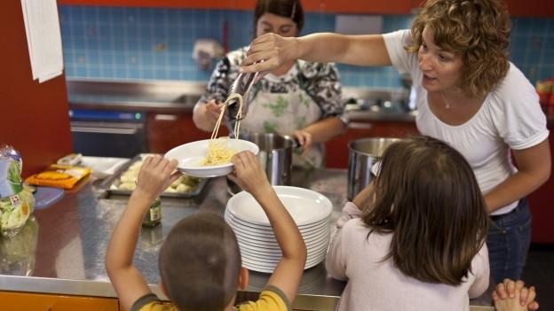 Kinder am Mittagstisch