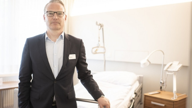 Mann vor Spitalbett