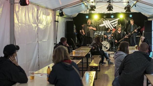 Band auf einer Bühne in einem Festzeltz