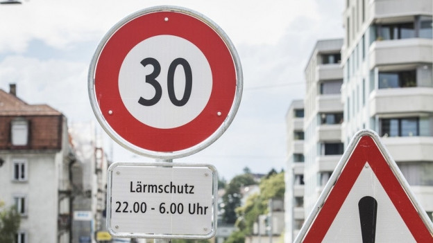 Zwei Signalisationstafeln an der Breitensteinstrasse in Zürich weisen auf den Versuch mit Tempo 30 nachts hin.
