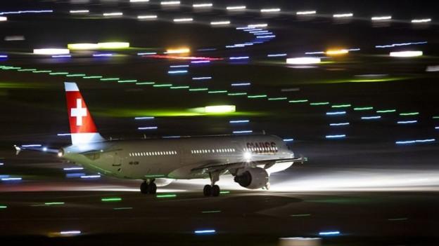 Flugzeug bei Dunkelheit auf dem Rollfeld