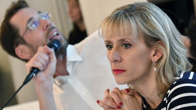 Frau mit halblangen blonden Haaren und gestreiftem Oberteil