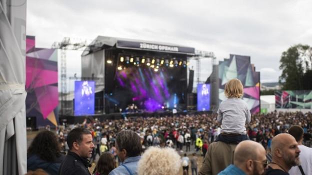 Die Zuschauer des Zürich Openair schaufen auf die grosse Bühne.