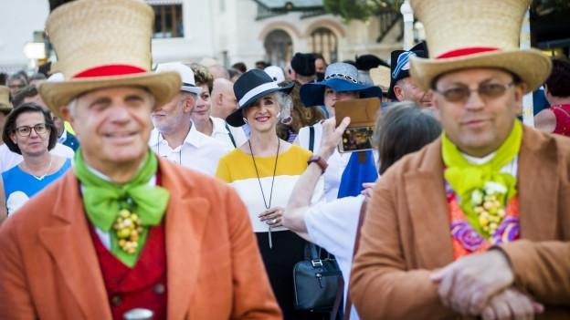 Menschen an einem Umzug in historischen Kostümen