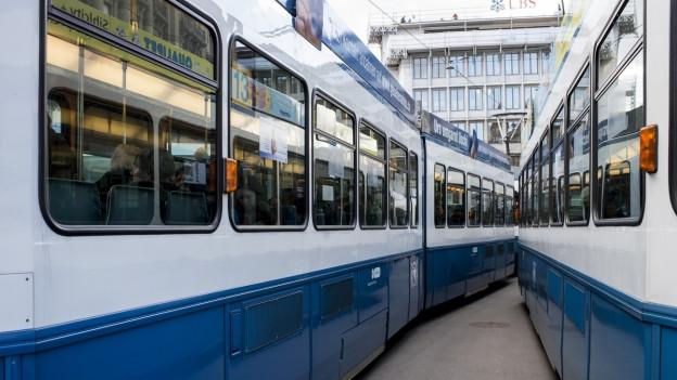 Zwei Trams in der Stadt Zürich.