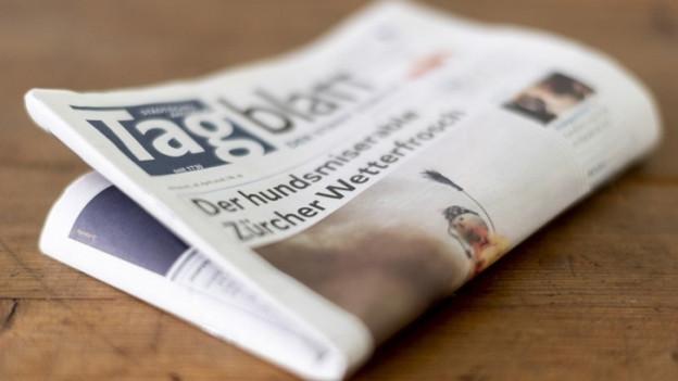 Eine Zeitung liegt auf einem Tisch