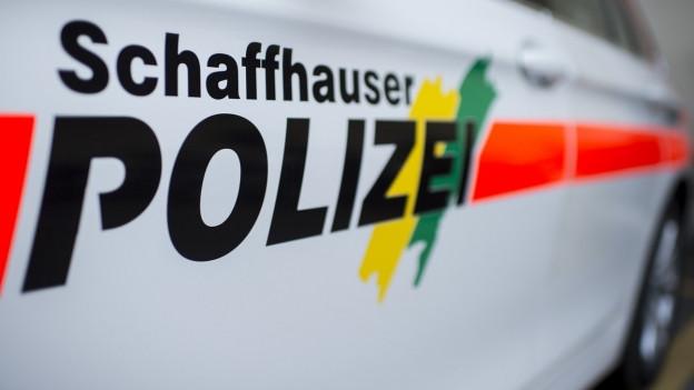 Ein Auto der Schaffhauser Polizei, bei dem auf der Seite die Aufschrift «Schaffhauer Polizei» gut sichtbar ist.