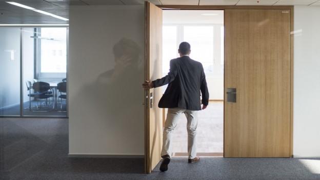 Mann betritt Stadtratssaal in Winterthur.