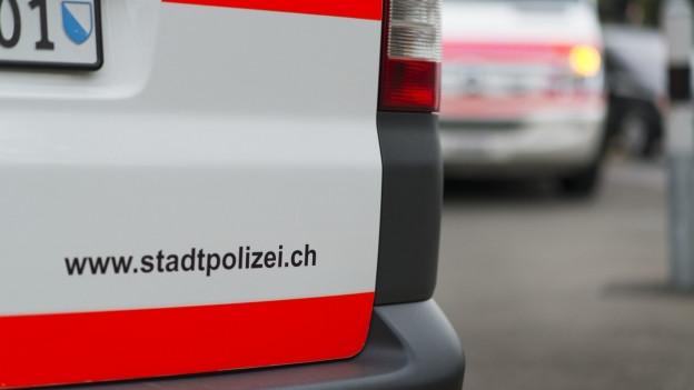 Ein Fahrzeug der Stadtpolizei Zürich und im Hintergrund ein Sanitätsfahrzeug.