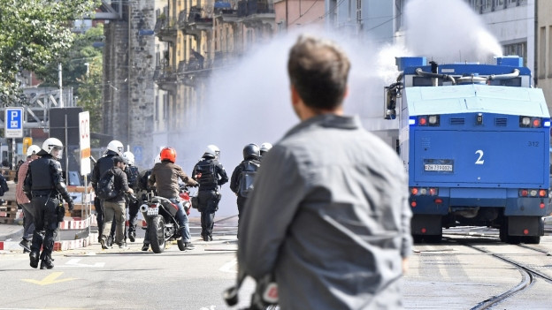Polizisten in Vollmontur und ein Wasserwerfer im Einsatz rund um eine unbewilligte Demonstration aus Protest gegen den «Marsch fürs Läbe» in der Stadt Zürich.