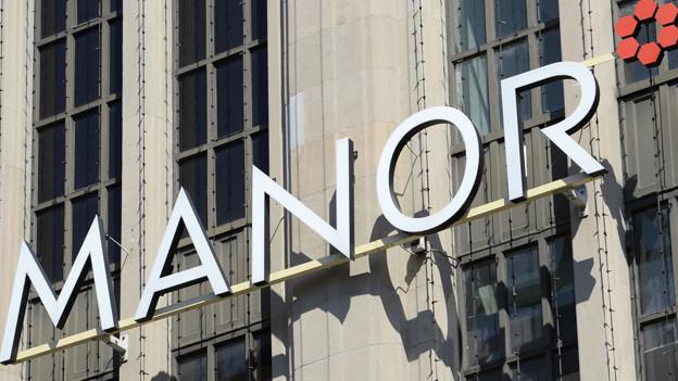 Das Manor-Logo auf der Fassade.
