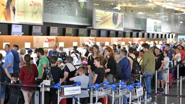 Passagiere beim Check-In am Flughafen Zürich.