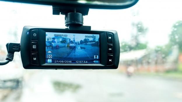 Videokamera, installiert am Rückspiegel eines Autos