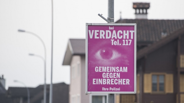 Plakat mit der Notrufnummer der Polizei