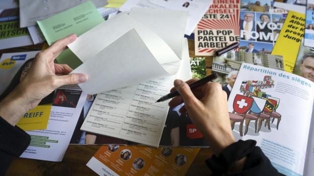 Eine Frau füllt einen Wahlzettel aus.
