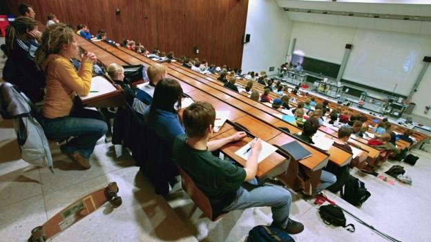 Bald büffeln hier im Institut für Chemie Gymischülerinnen und Gymischüler.
