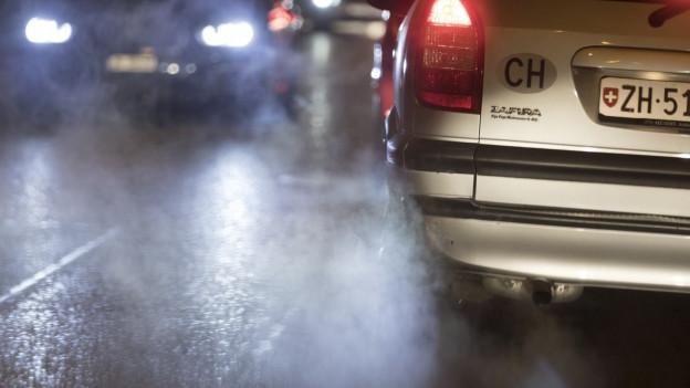 Auto von hinten mit Rauchfahne