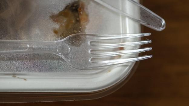 Ein Plastikgeschirr mit Plastikgabel
