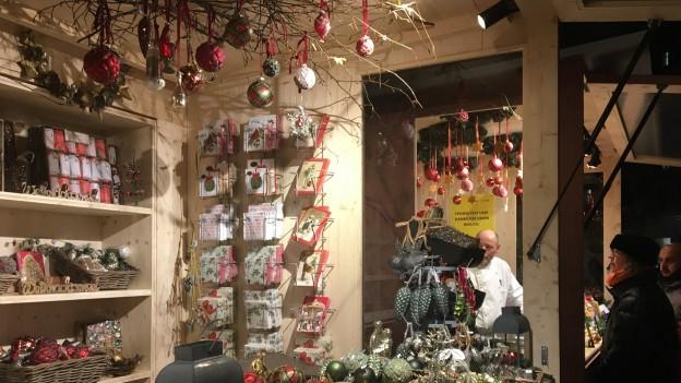 Die Stände am neuen Weihnachtsmarkt auf dem Münsterhof sind bewusst schlicht gehalten.