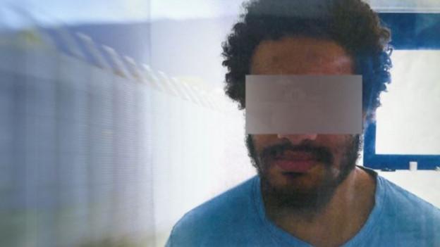 Mann mit Bart und verdeckten Augen