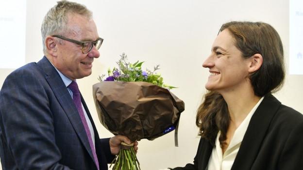 Marionna Schlatter gratuliert Ruedi Noser.