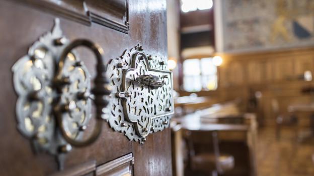 Blick durch die geöffnete Türe in den leeren Ratsaal