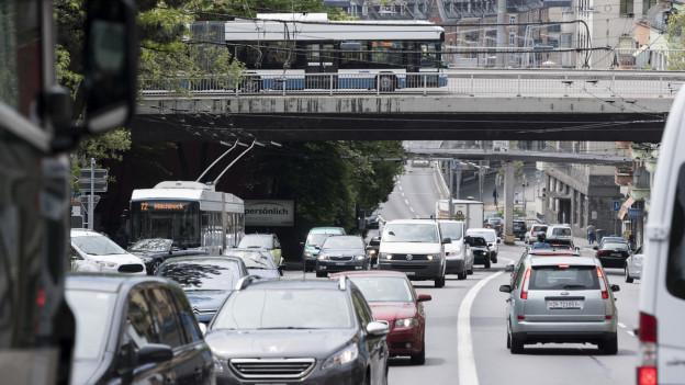 Strasse mit vielen Autos in einer Stadt