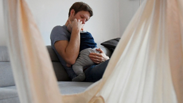 Ein Vater kümmert sich um sein Kind.