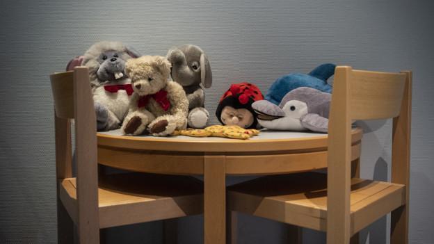 Ein Tisch mit Stofftieren