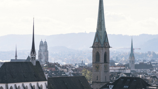 Kirchtürme ragen aus der Stadt Zürich heraus