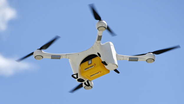 Eine Drohne fliegt.