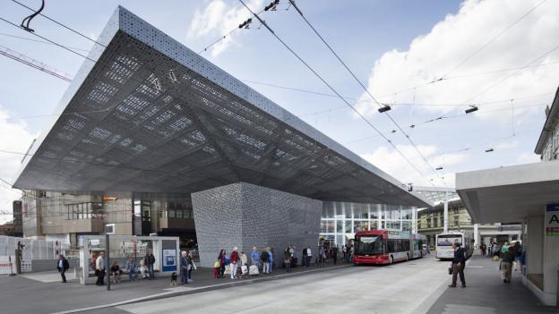 Ein Bus fährt in den Winterthurer Busbahnhof ein.