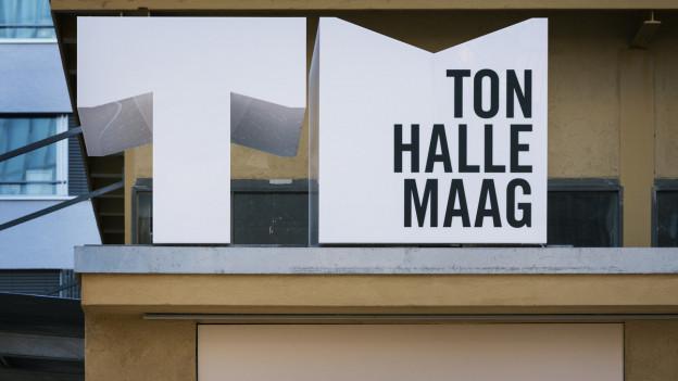 Beschriftung Tonhalle Maag vor der provisorischen Spielstätte des Zürcher Orchesters.