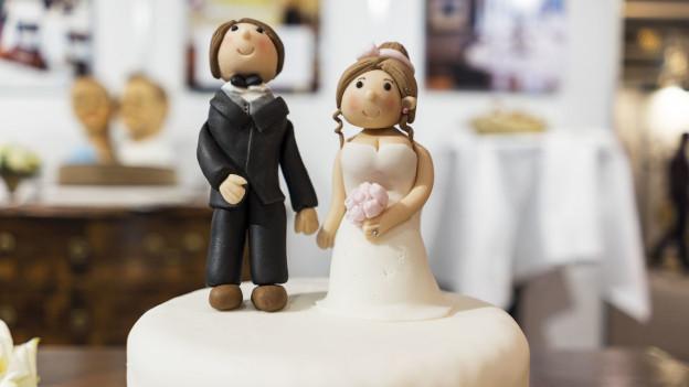 Zuoberst auf der Hochzeitstorte steht das Brautpaar aus Marzipan.