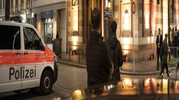 Polizeiauto vor Synagoge in Zürich.
