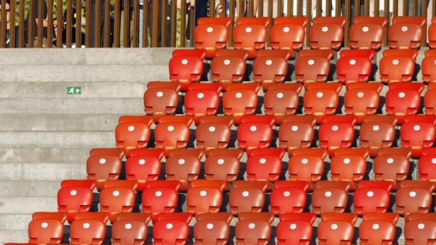 Leere Ränge in einem Fussballstadion