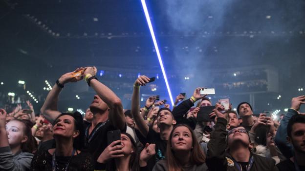 Publikum an einem Konzert im Hallenstadion