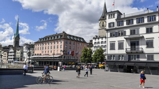 Blick über die Rathausbrücke zum Hotel Storchen