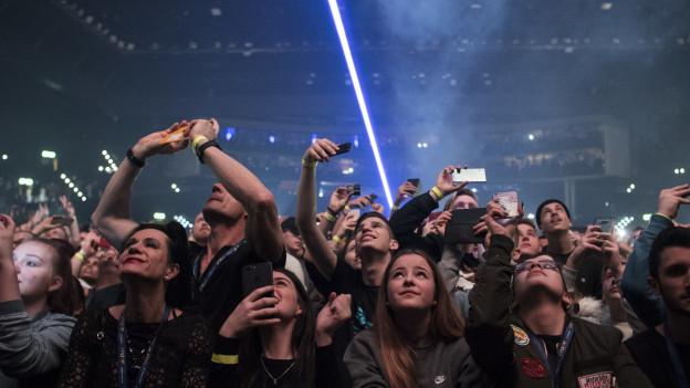 Blick in ein verzücktes Publikum an einem Konzert