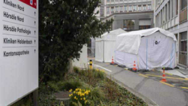 Zelte vor dem Unispital.