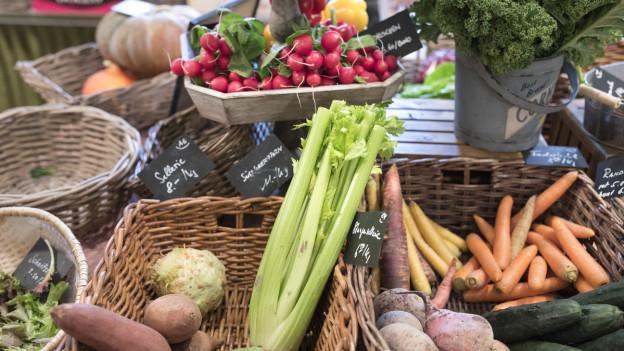 Randen, Karotten, Sellerie in Körben ausgestellt.