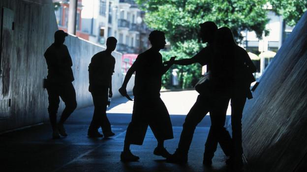 Jugendliche gehen in einer Bahnunterführung aufeinander los.
