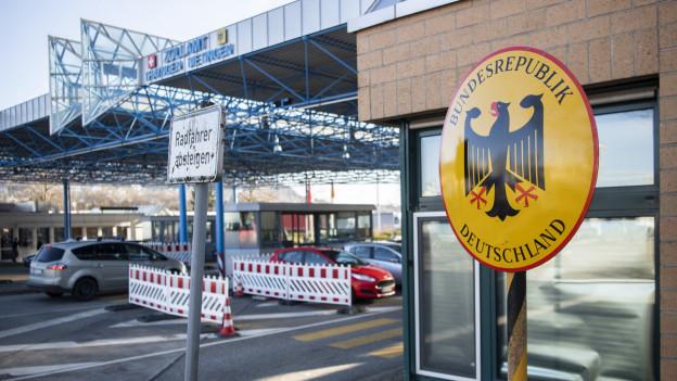 Grenzübergang Thayngen - im Vordergrund das Wappen der Bundesrepublik Deutschland.