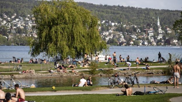 Am Zürichsee tummeln sich trotz Corona zahlreiche Menschen.