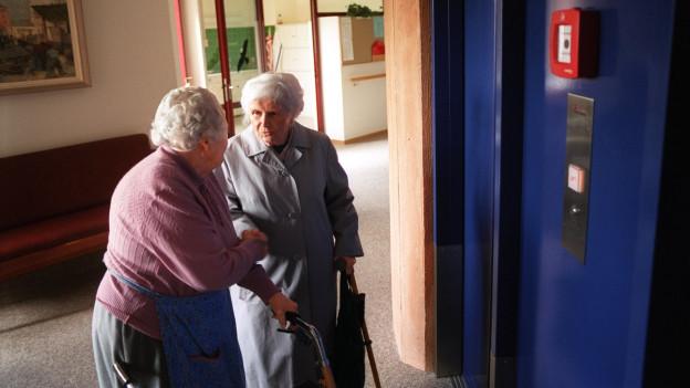 Mit neuen Massnahmen will die Stadt die älteren Menschen schützen.