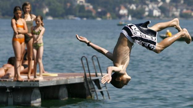 Wie Abstandsregeln in den Zürcher Badeanstalten durchgesetzt werden