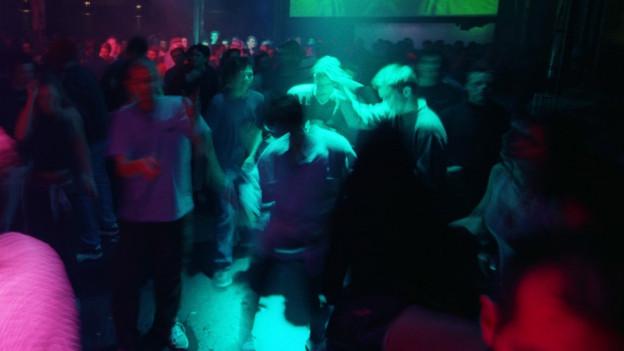 Menschen tanzen in einem Zürcher Club.