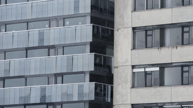 Die in der Sonne schimmernde Spiegelfassade des neuen Bettenhaus Trimeli.