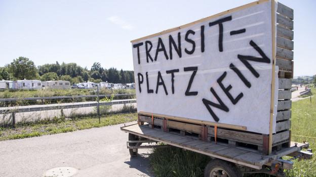 In einer Gemeinde prangt eine grosse Tafel mit der Aufschrift Transitplatz Nein.